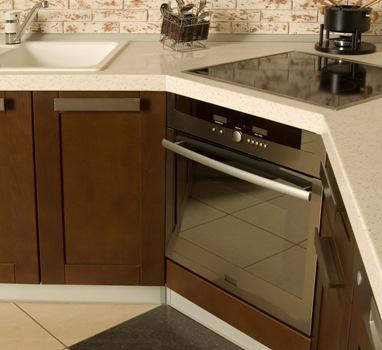 духовой шкаф в углу кухни фото