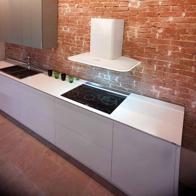 Белая вытяжка в интерьере кухни фото